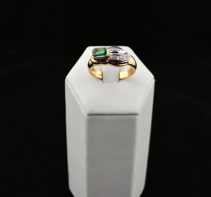Italian-made ring in 18 kt gold with diamonds, 0.60 ct and emerald - Diameter: 16 (EU) – (European size, adjustable)