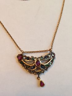 Chain with pendant, from the early 1900s, in 14 kt gold and silver, with diamonds, rubies, emeralds and sapphires