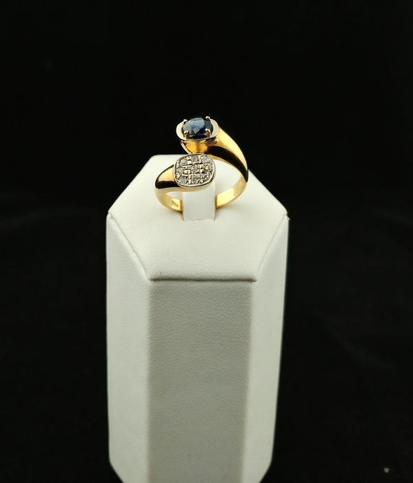 Vintage contrarie ring in 18 kt gold with sapphire and diamonds - Made in Italy