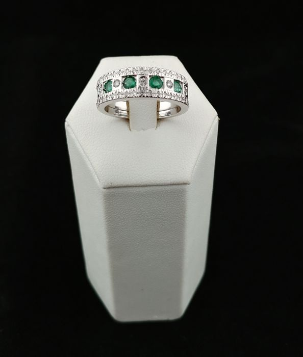 18 kt white gold vintage shank ring with emeralds and diamonds for 0.33 ct. Made in Italy. Size: 18 (EU)