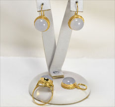 Set in 18 kt yellow gold with earrings, pendant and ring with 12 mm chalcedony and chain