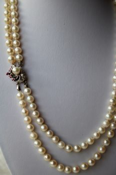 2-row Akoya pearls necklace with genuine Sea/salty pearls from Japanese sea and a white Gold clasp with rubies and pearl. Very good state.