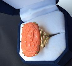 Ring in Sardo Sciacca coral with engraving depicting a French lady. Setting in 18 kt yellow gold Size: 18 (IT)