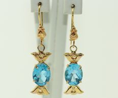 18 kt gold earrings set with natural blue topazes – 40 x 8 mm – 2.96 grams