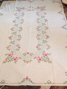 Rectangular hand embroidered tablecloth with eight napkins. - around 1950 Florence Italy -
