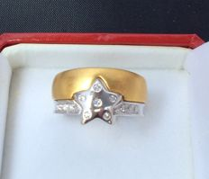 Ring – With double shank in 18 kt yellow and white gold, with star – Ring size: 17