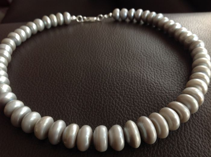 Grey freshwater cultivated pearl necklace; 45cm long and a sterling silver clasp (925)