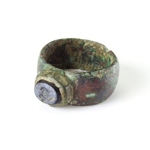 Roman bronze ring with blue glass intaglio - 22,8 mm