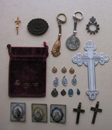Large lot various devotionalia, a total of 22 pieces. Including charms, crucifix, medallions, etc. France, Italy, Netherlands.