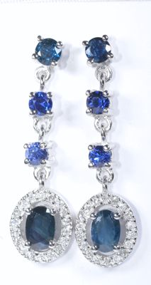 18 kt white gold long earrings with 36 diamonds and 8 natural blue sapphires Total: 2.71 ct Length: 31 mm  No reserve price.