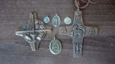 Lot of christian devotional items in silver and bronze.