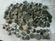 Beautiful lot of 200 antique buttons (17th -19th c.), civilian and military. Various large and small sizes.