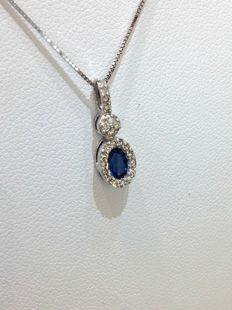 Necklace in 18 kt white gold with sapphire and 0.13 ct diamond pendant - Necklace length: 44 cm, pendant dimensions: 6 × 17 mm
