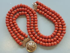 171.5g, very large red coral three-strand necklace. Precious coral, 9.5 mm in diameter, with a large 14 kt filigree gold clasp