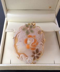 Cameo in 18 kt gold, made of sardonic shell with a modern engraving. Made with shiny coloured enamel – Dimensions: 50 mm