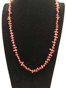 Long necklace with precious coral bars, with a gold clasp. Length is 57.00 cm.