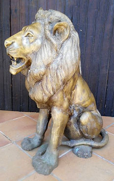Spectacular (90 cm tall) bronze sculpture of a lion. Spain -  20th century.