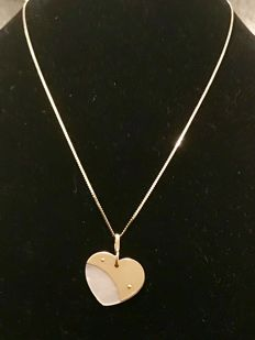 14 karat yellow gold curb link necklace with mother-of-pearl heart set in 14 karat gold - 43.00 cm.