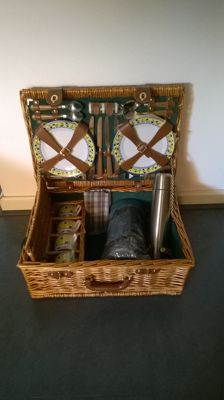 Luxury reed picnic for 4 people with extensive content- for classic car/oldtimer - Made in England - 57.5 x 31 x 20.5 cm.