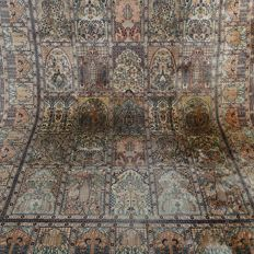 "Kashmir – 278 x 188 cm – ""Finely knotted Oriental tile carpet with silk – Clean and in beautiful condition""."