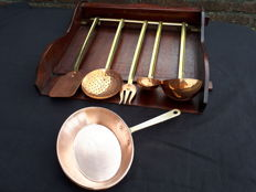 Complete set of shelf and kitchen utensils, red copper, yellow copper handle