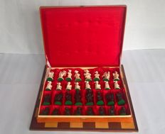 Chess set:  Beautifully detailed chess pieces on felt in original packaging including wooden chessboard - historical costumes (17th century)