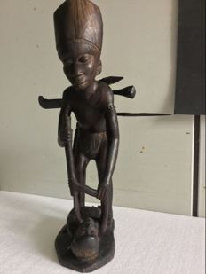 Sumatra/Java, Coromandel wooden statue of a monkey Hunter with 4 tools. Late 19th century.