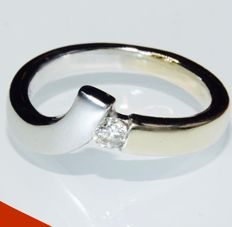 14 kt bi-colour designer ring, set with a 0.15 ct brilliant cut diamond - Ring size: 17.25 mm in diameter.