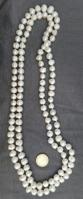 Long necklace composed of freshwater pearls – Length: 180cm – Average size 10mm pearls.