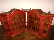 Two identical solid wooden display cabinets, in a beautiful classic style, both with lock and key, attractive item, in extremely nice condition