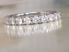 White 18 kt gold women's full eternity ring with a total of approx. 1.45 ct brilliant cut diamonds, Top Wesselton/VS/SI