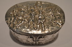 Silver tea box with The Night Watch on it, H. Hooijkaas, Schoonhoven, 1912