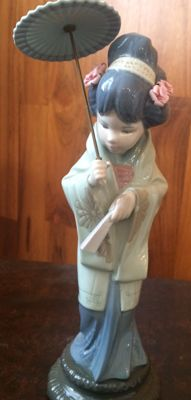 Lladro porcelain, a Japanese lady with umbrella, nice face, cute pink flowers on the hat