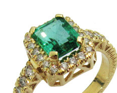 Emerald and diamond Engagement Ring-18 kt Yellow gold  9.95 Grams – 0.85 ct – 28 diamonds D-E/ VVS Center stone 1.82 ct – Ring size: 11 (US size)