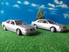 Maisto / Anson / Elita - Scale 1/18 - Lot with 4 models: Cadillac Seville STS 1998, + 2000 Cadillac DTS De Ville & two driver figurines