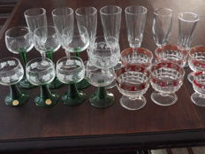 Lot of 21 sparkling wine glasses.