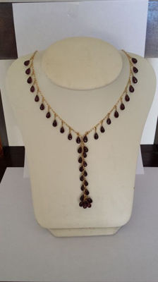 Choker in 18 kt gold with pendant and garnets – neck circumference 45 cm – pendant length 10 cm