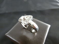 18 kt white gold ring - Buckle with diamonds totalling 0.10 ct - Size: 14