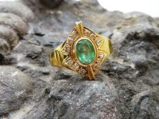 Ring in 18 kt gold with emerald. Approximate inner diameter: 17.1 mm