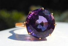 18 kt rose gold cocktail ring set with a central round solitaire amethyst gemstone - size 59.