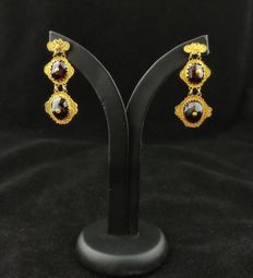 Filigree gold earrings with bohemian garnet - England, pre-19th century