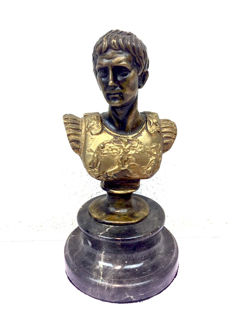 Bronze sculpture of Julius Caesar on natural stone base - France - Late 20th century.