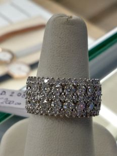 Ring in 18 kt white gold with F VVS diamonds along the shank totalling 2.08 ct – size 13.5