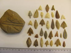 32x Neolitic arrowheads 13/35 mm and 1x grindstone - 60-70 mm (33)