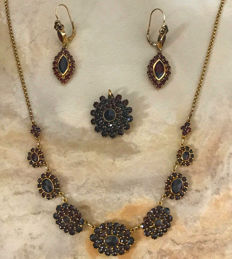 Traditional jewellery set: Necklace, earrings, brooch/pendant with Bohemian garnets made of 333 / 8 kt gold, circa 1950