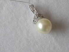 14 kt gold pendant with Akoya pearl and diamond, length 14 mm
