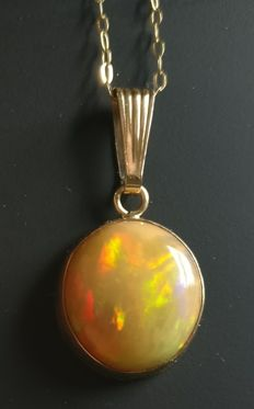 Opal pendant 14 kt gold 10.6 ct total