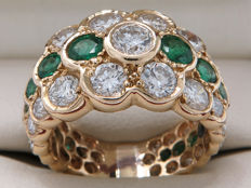 Gold cocktail ring with diamonds and emerald – 3.73 carat in total VVS2-VS1 / D – G colour. ** No reserve **