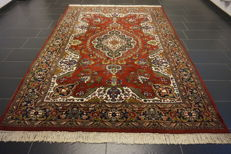 Beautiful handwoven oriental carpet, Qom, with medallion - 210 x 300cm - made in India - very good condition