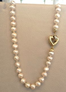 Necklace made of 18 kt gold and cultured pearls - Necklace length: 43 cm.